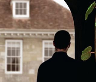 Un uomo di spalle osserva una tenuta