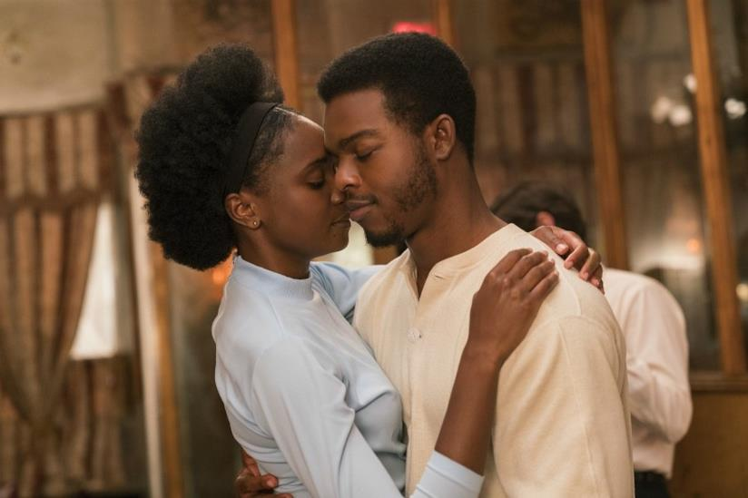 Se la strada potesse parlare: i protagonisti del film si abbracciano