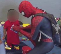 Il misterioso Spider-Man dona giocattoli ad uno dei bambini feriti nell'uragano