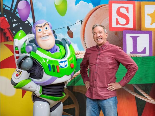 Tim Allen in posa con il personaggio di Buzz Linghting che ha doppiato per la saga Disney-Pixar