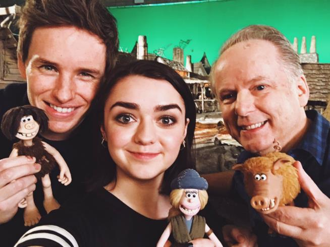 Eddie Redmayne, Maisy Williams e il regista Nick Park con i personaggi in plastilina di Early Man
