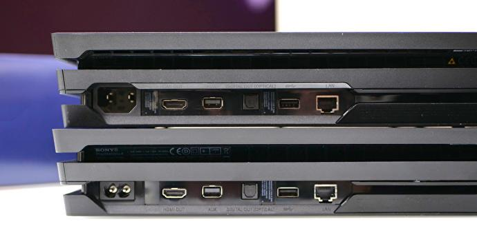 Una foto conferma le differenze degli input di alimentazione tra due modelli di PS4 Pro