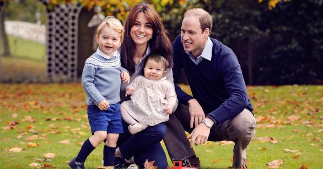 William insieme a sua moglie Kate e ai figli George e Charlotte