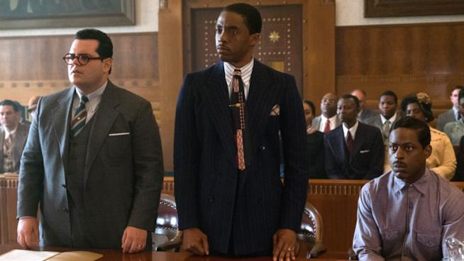 Chadwick Boseman in una scena dal film Marshall con Josh Gad e Sterling K. Brown