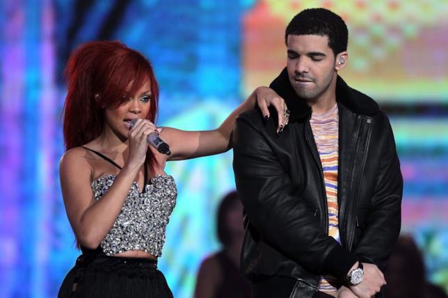 Foto di Rihanna e Drake insieme sul palco