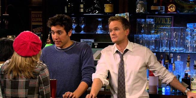 Ted e Barney dietro al bancone del bar.