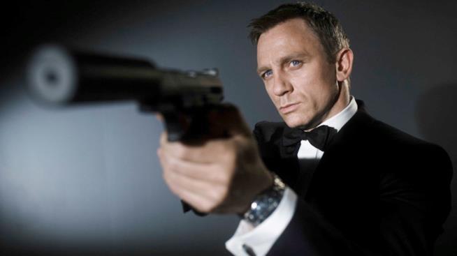 Daniel Craig è James Bond in un'immagine promozionale di Casino Royale
