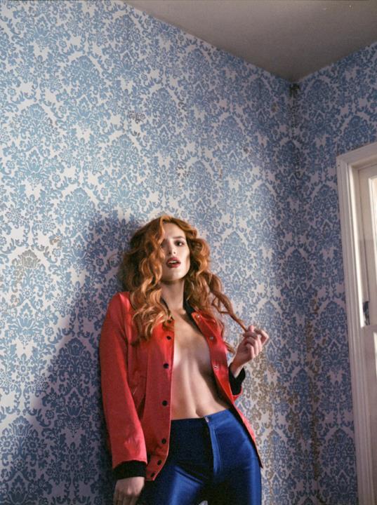 Bella Thorne si scopre maliziosamente per Playboy