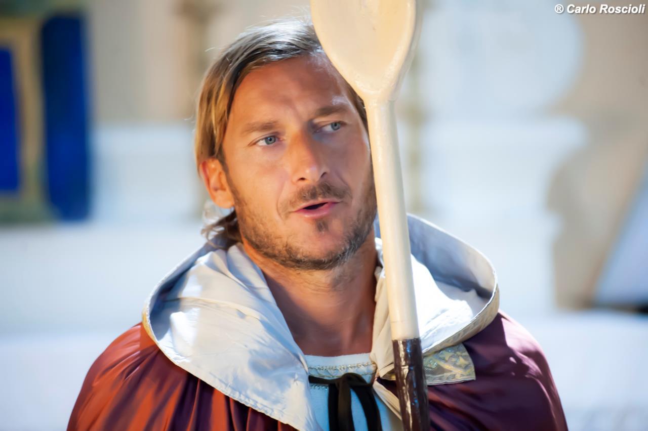 Francesco Totti diventa Santo Pupone da Porta Metronia nel divertente spot per la seconda stagione di Romolo + Giuly: la guerra mondiale italiana