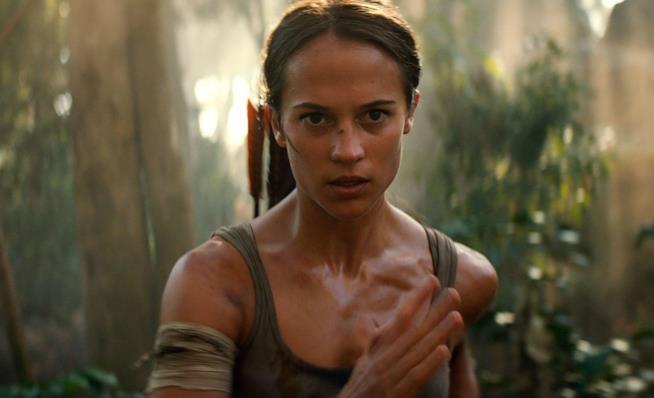 Alicia Vikander in una scena di Tomb Raider