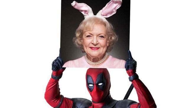 Deadpool con la foto di auguri per Betty White