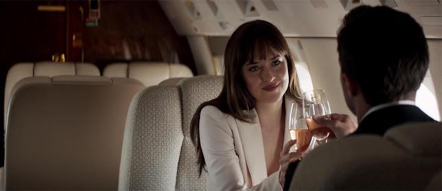Una scena in aereo in Cinquanta sfumature di Rosso