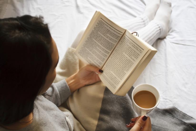 Una donna intenta a leggere un lbro