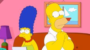 Marge e Homer sul divano di casa Simpson