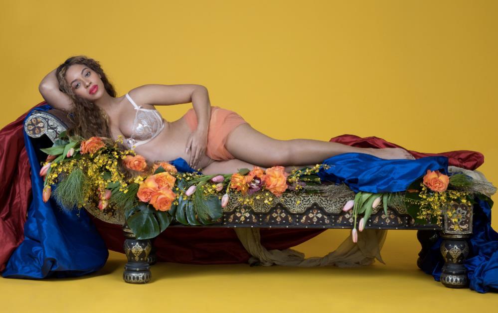 Beyoncé stesa su una lettiga ricoperta di fiori