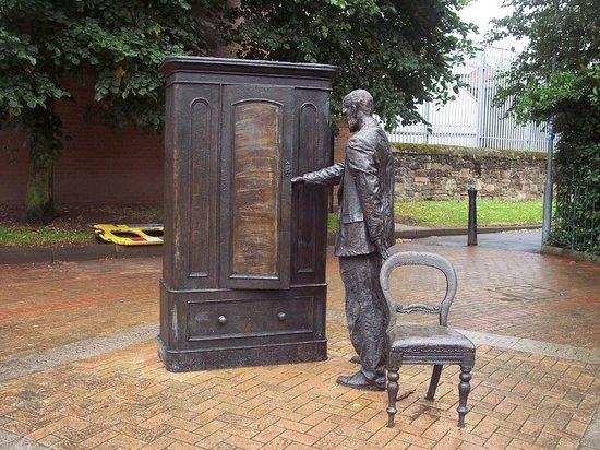 La statua The Searcher dedicata a C.S. Lewis