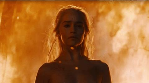 Daenerys emerge dalle fiamme