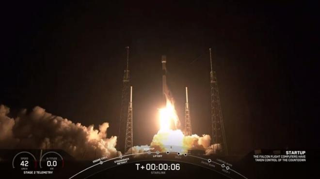 Il momento del lancio in orbita del razzo Falcon 9 che trasportava i 60 satelliti targati Starlink
