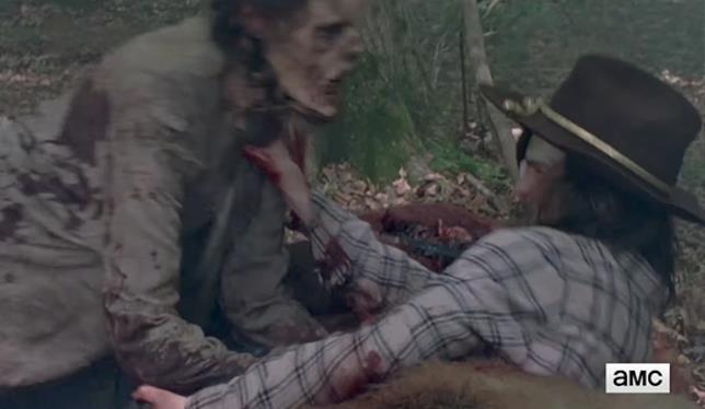 Uno zombie aggredisce Carl