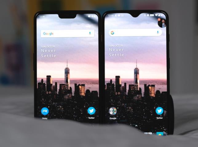Foto che mostra le differenze tra le tacche sul display di OnePlus 6 e 6T