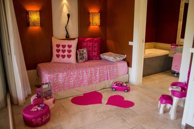 Una delle camere a tema Barbie completa di tutti gli accessori ispirati alla fashion doll di Mattel