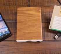 LGR mostra smartphone, lettore floppy e dischetto