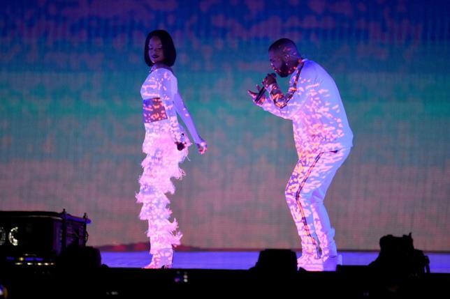 Primo piano di Rihanna e Drake sul palco