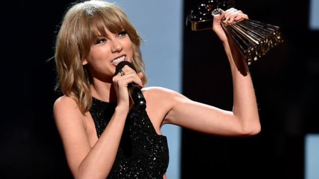 Primo piano di Taylor Swift con il premio degli iHeartRadio Music Awards