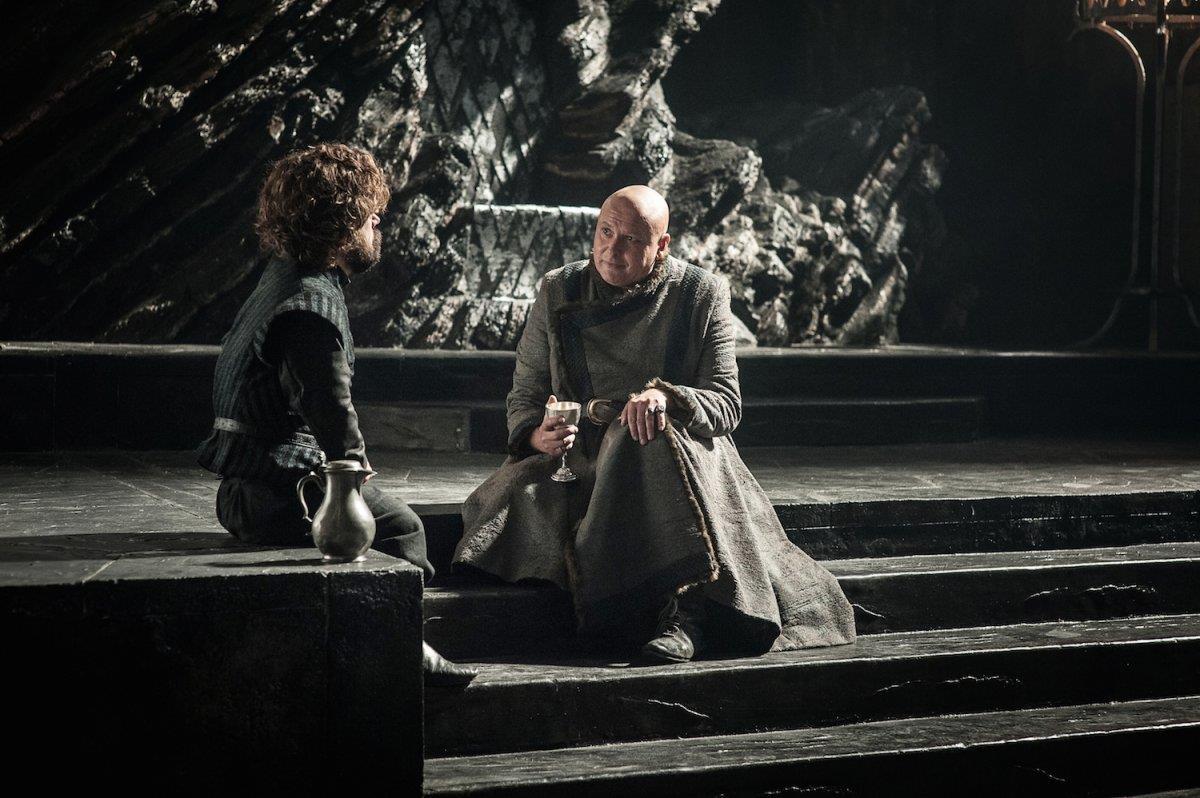 Tyrion e Varys nella sala del trono di Roccia del Drago