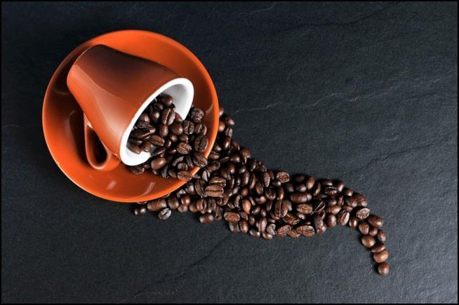 Una tazza di caffè bollente