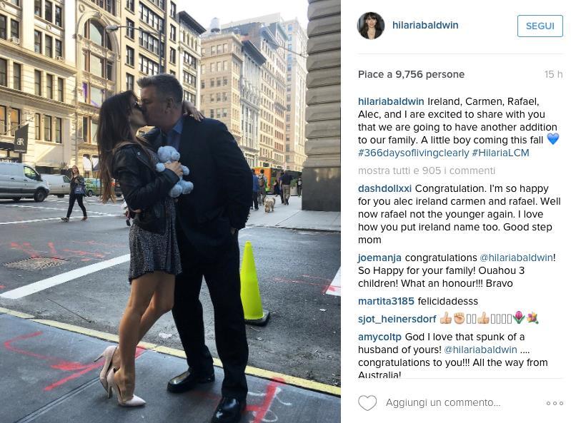 Alec Baldwin bacia la moglie Hilaria in uno scatto postato su Instagram