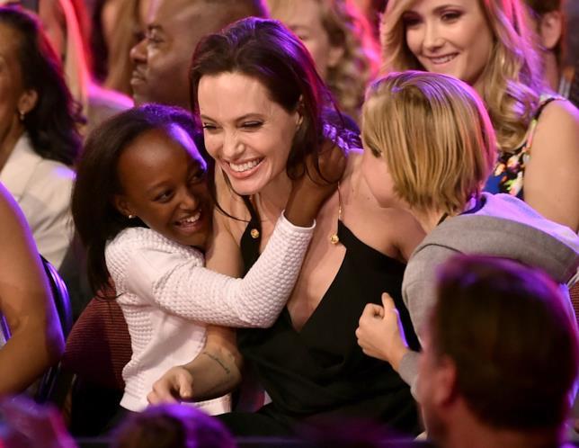 Primo piano di Angelina Jolie con due dei suoi figli