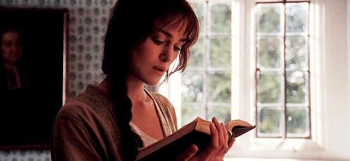 Keira Knightley legge un libro in una scena di Orgoglio e Pregiudizio