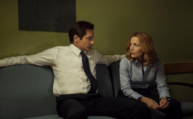 Fox Mulder e Dana Scully seduti