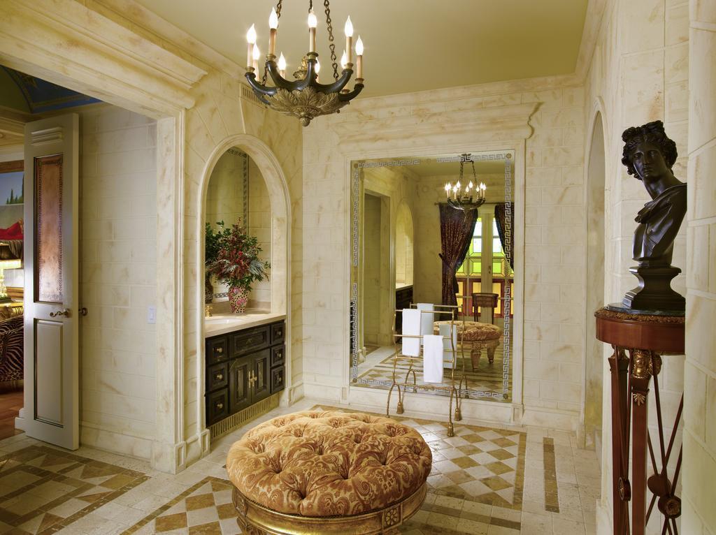 Il pouf allo specchio di Villa Casuarina