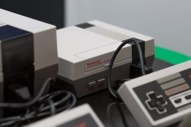 Il NES Classic Mini e il mitico controller esposti al Comic-Con di San Diego