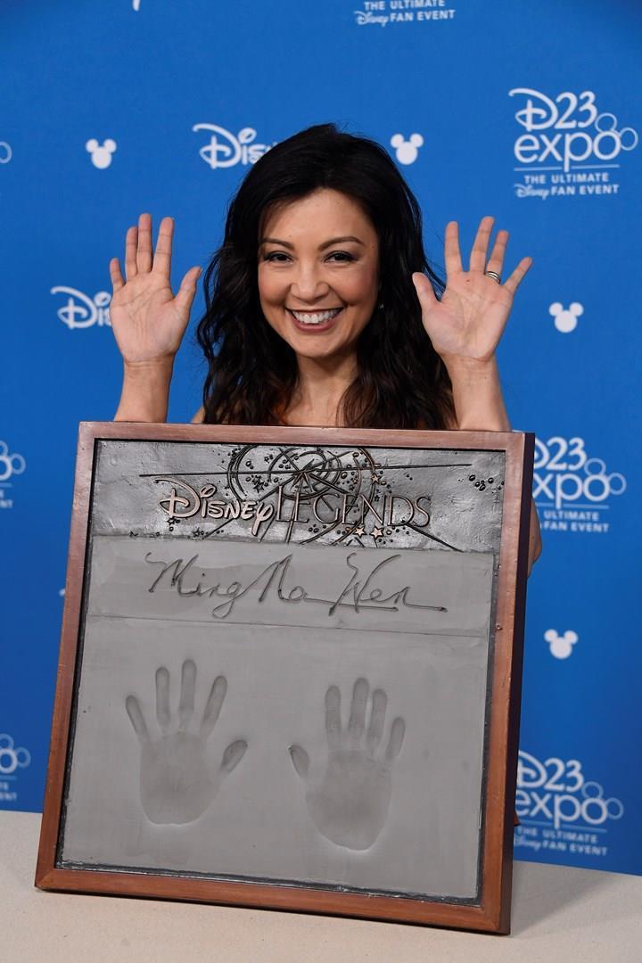Le impronte di Ming-Na Wen sulla targa commemorativa Disney Legends