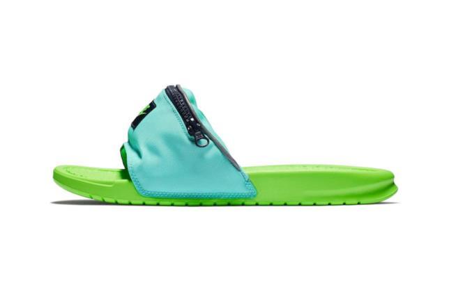 Dettaglio di una ciabatta con marsupio prodotta da Nike