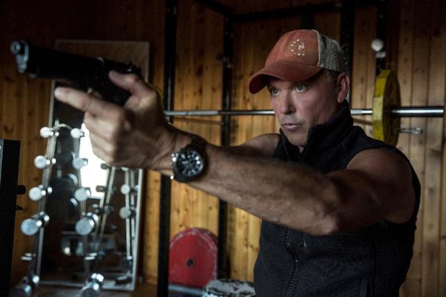Michael Keaton imbraccia un fucile in American Assassin