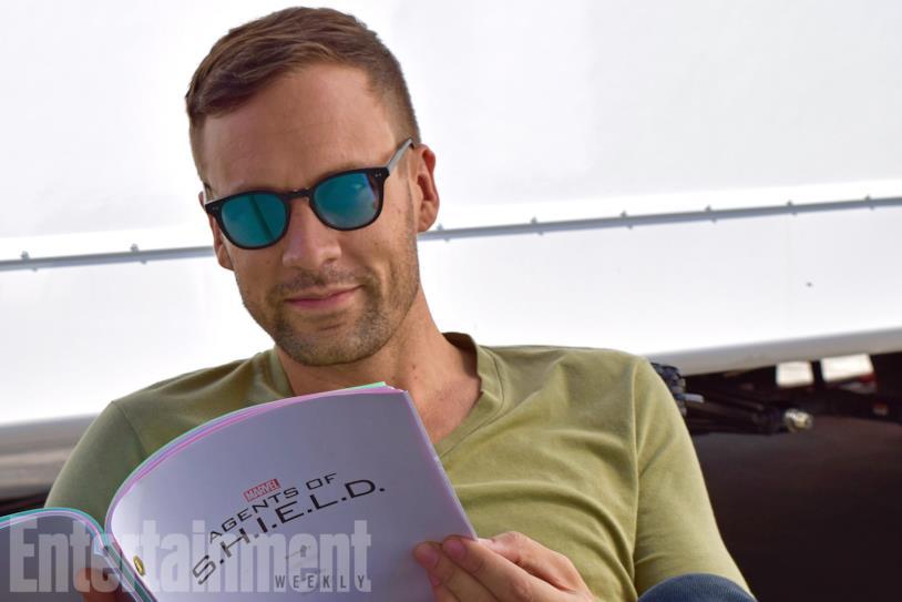 Nick Blood con il copione di Agents of Shield