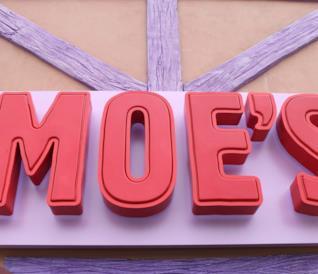 L'insegna di Moe's, il pub gonfiabile di Boe