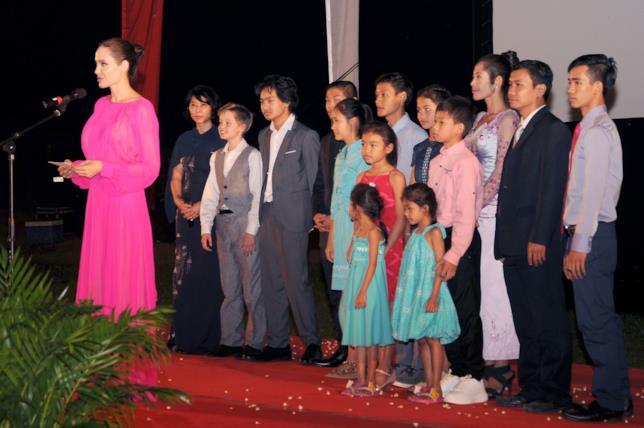 Angelina Jolie tiene il suo discorso in Cambogia