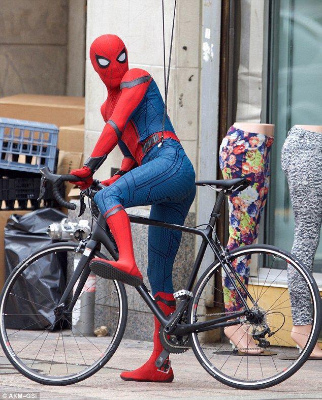 Tom Holland in bici nel ruolo di Spider-Man