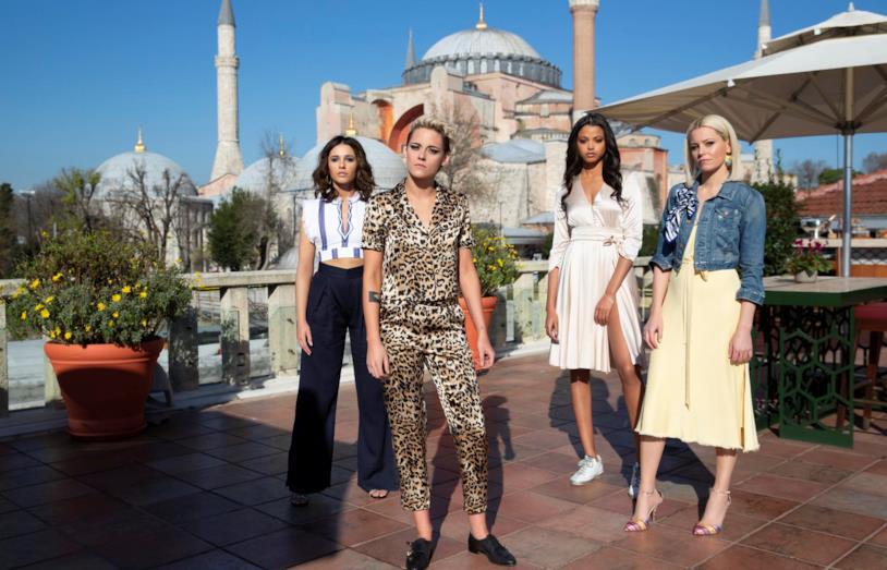 Una foto di gruppo con le interpreti Kristen Stewart, Naomi Scott, Ella Balinska e la regista e interprete Elizabeth Banks
