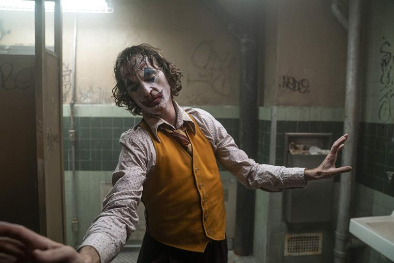 Joaquin Phoenix danza in una scena del film Joker