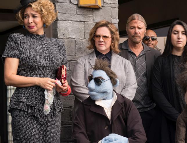Melissa McCarthy accanto a Phil in una scena di Pupazzi senza gloria