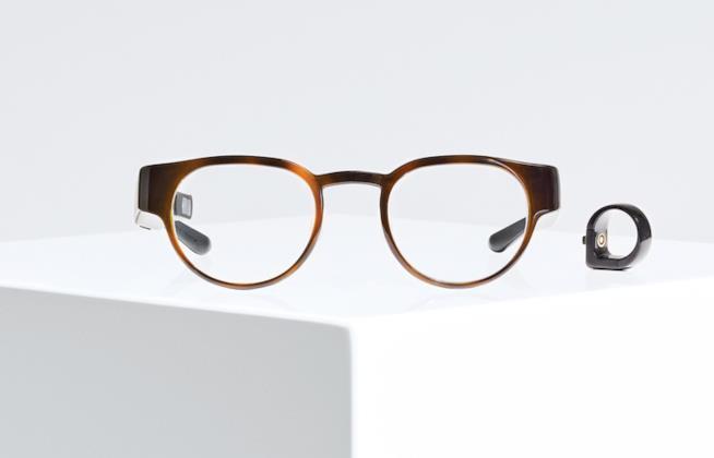 Immagine stampa con gli occhiali Focals e l'anello Loop