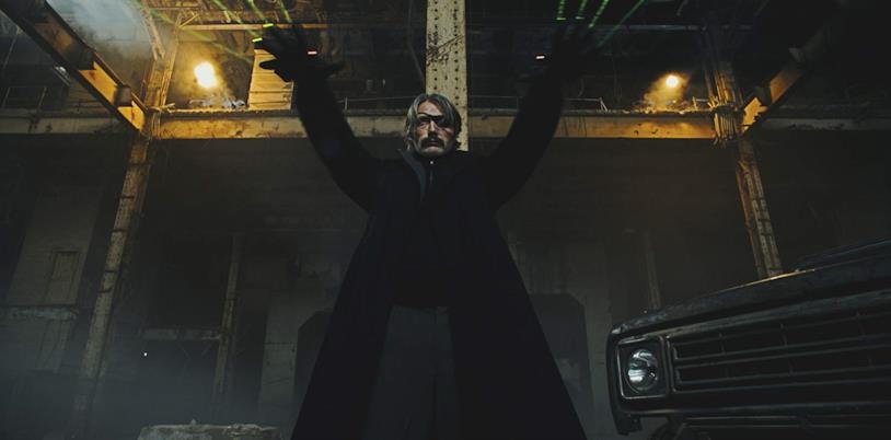 Mads Mikkelsen neutralizza i suoi nemici in una scena del film