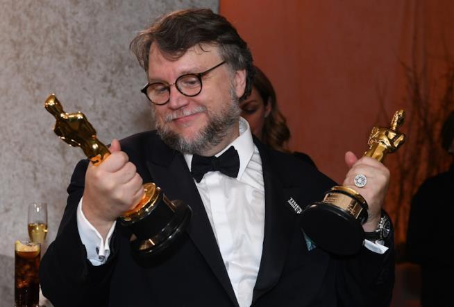 Guillermo del Toro con gli Oscar vinti per La forma dell'acqua