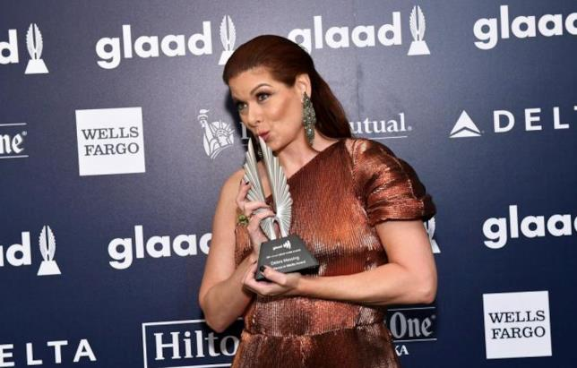Debra Messing bacia il premio ai GLAAD Awards